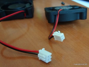 The two different fan connectors from the mini-Kaze (left) and the stock noisy one (right)